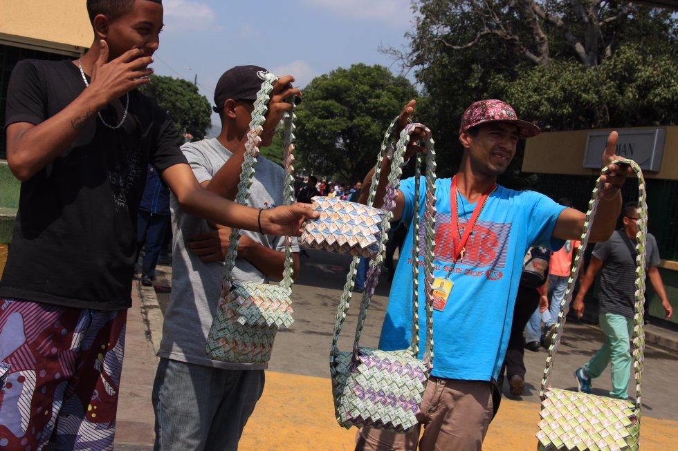 Venezolanos En Colombia Fotos Venezolanos Tejen Mochilas Con Una