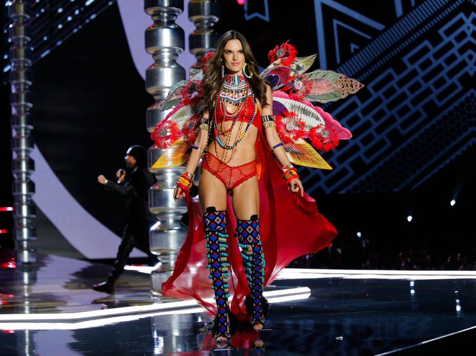 2017: Alessandra Ambrosio en el desfile de modas de Victoria's Secret 2017 el 20 de noviembre de 2017 en Shanghai, China.